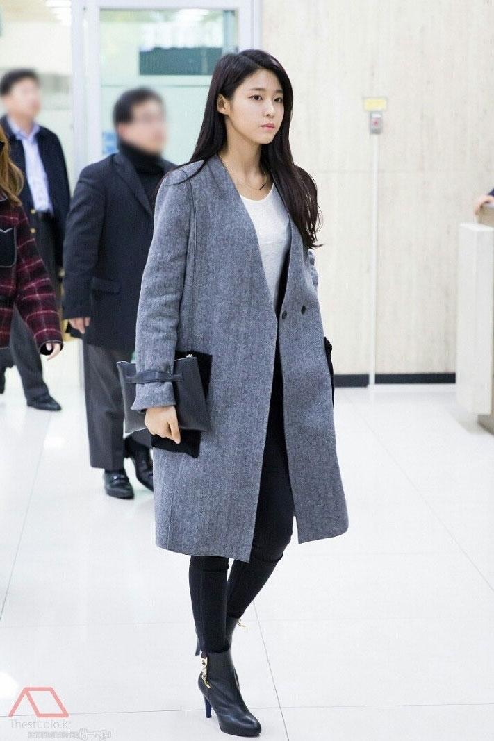 2017 fashion bag trend - Airport Fashion Seolhyun Kpopmap Global Hallyu