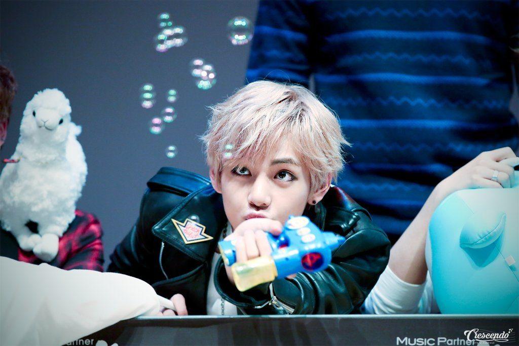 kpop, kpop idols, kpop fan signing, kpop idols bubbles, kpop bubbles, kpop meet and greet, cute kpop idols, bts v bubbles