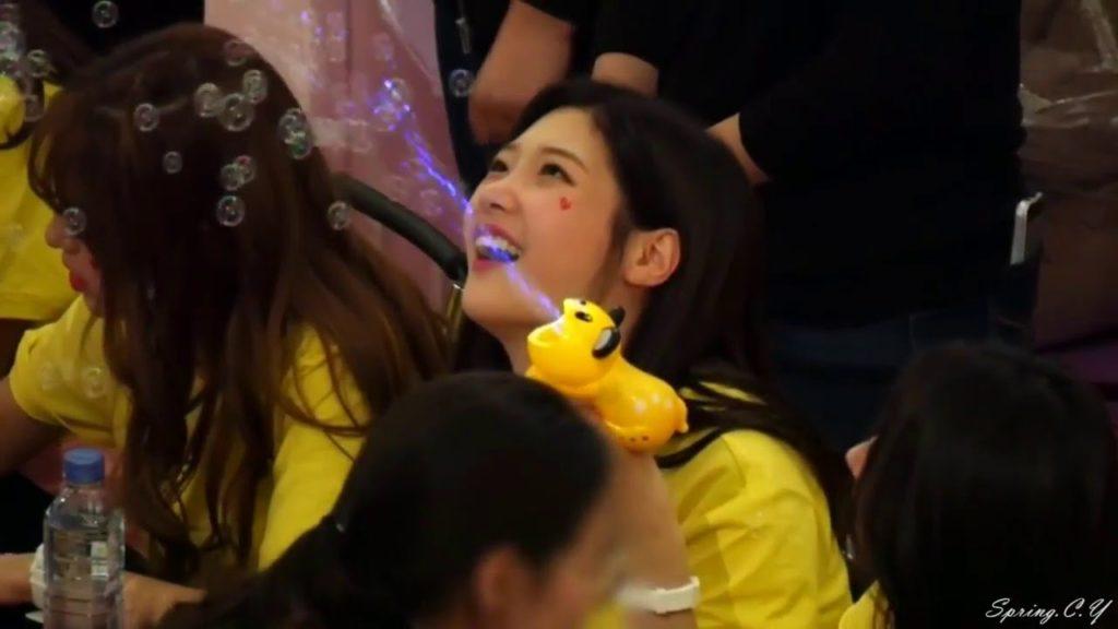 kpop, kpop idols, kpop fan signing, kpop idols bubbles, kpop bubbles, kpop meet and greet, cute kpop idols, chaeyeon bubbles
