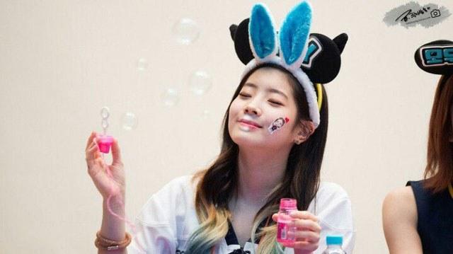 kpop, kpop idols, kpop fan signing, kpop idols bubbles, kpop bubbles, kpop meet and greet, cute kpop idols, dahyun bubbles