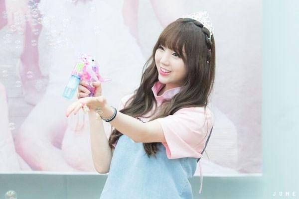 kpop, kpop idols, kpop fan signing, kpop idols bubbles, kpop bubbles, kpop meet and greet, cute kpop idols, kei bubbles