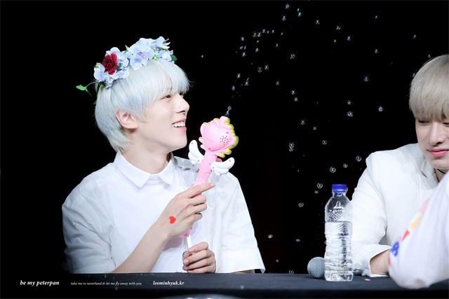 kpop, kpop idols, kpop fan signing, kpop idols bubbles, kpop bubbles, kpop meet and greet, cute kpop idols, minhyuk bubbles