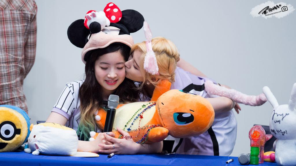kpop skinship, skinship kpop idol, kpop idol skinship, kpop idol kiss, kpop idol hug, kpop idol expressing affection, kpop idol affection, kpop twice skinship, twice momo skinship