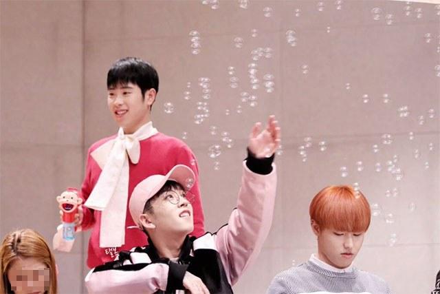 kpop, kpop idols, kpop fan signing, kpop idols bubbles, kpop bubbles, kpop meet and greet, cute kpop idols, taeil bubbles