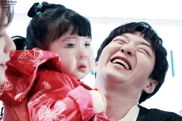 kpop idols laughing, kpop idols laugh, kpop laughing, happy laughing, laughing, changsub laugh