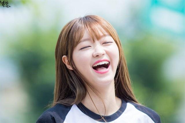kpop idols laughing, kpop idols laugh, kpop laughing, happy laughing, laughing, yooa laugh