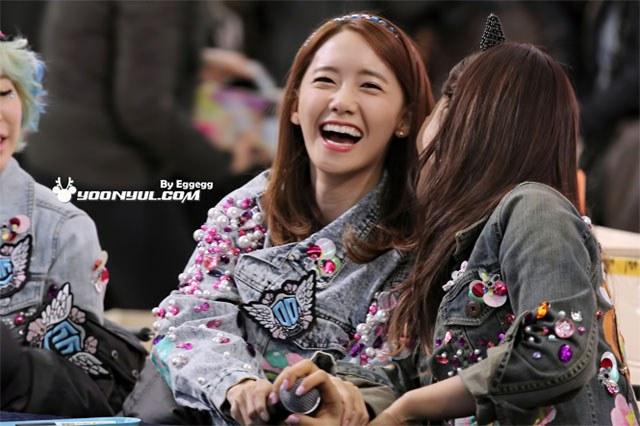 kpop idols laughing, kpop idols laugh, kpop laughing, happy laughing, laughing, yoona laugh