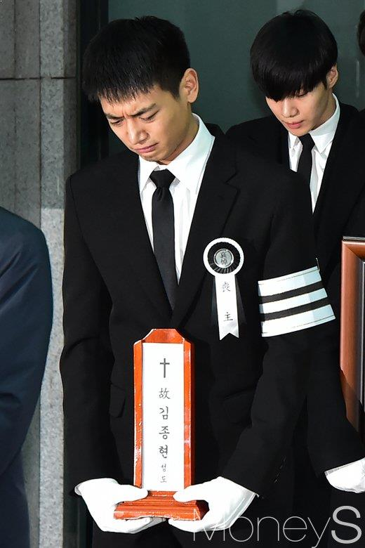 SHINee JongHyun's Funeral Procession Floods With Tears of Pain and Sorrow