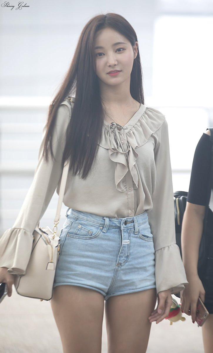 MOMOLAND's YeonWoo Girly Airport Fashion