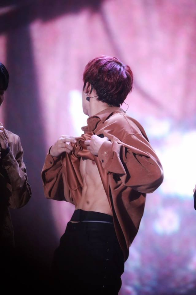 Fans Look Back At Park JiHoon And Park WooJin's Abs Upgrade During Wanna One Concert