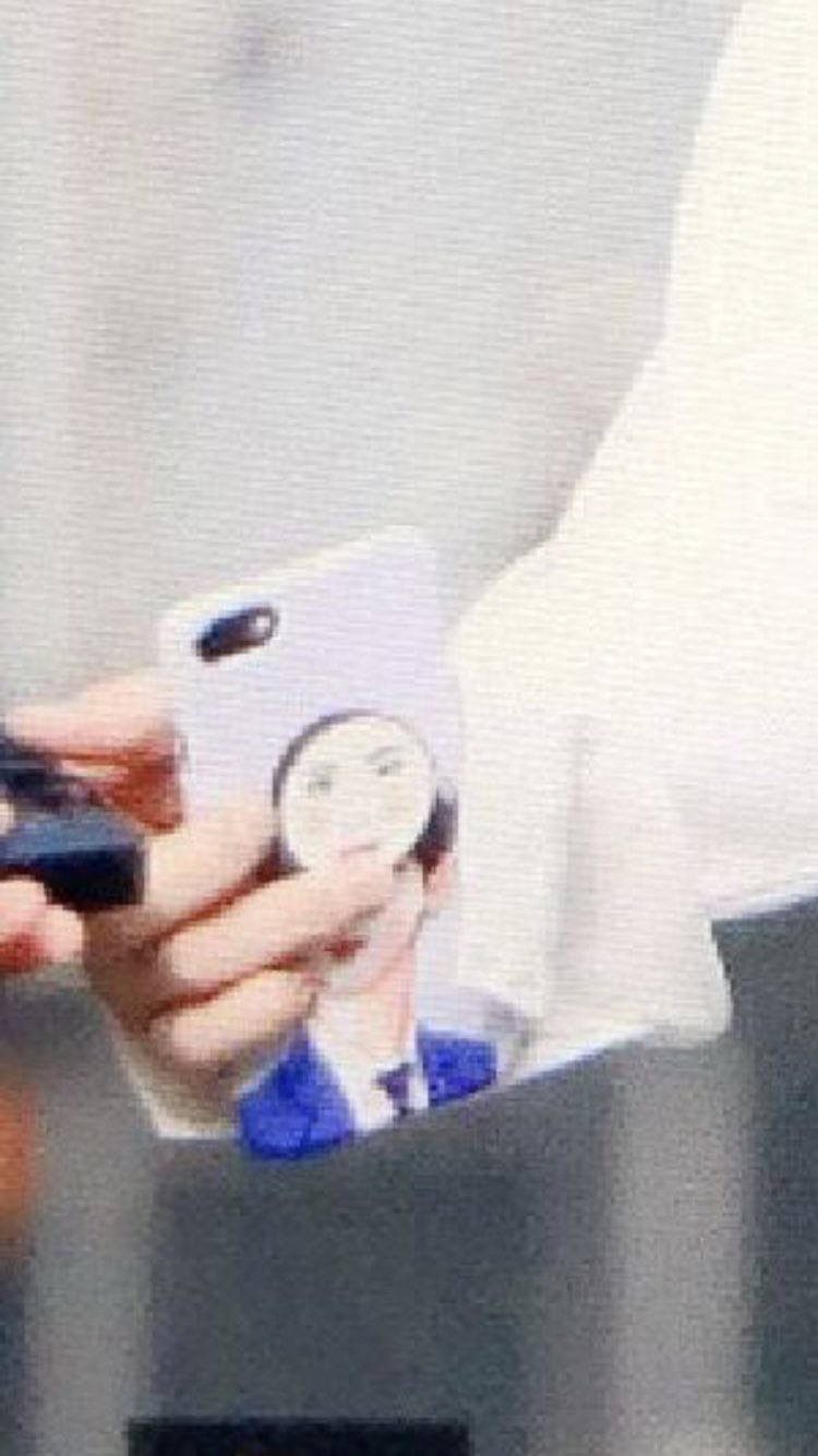 Fans Could Only LOL After Finding Out The Identity Of The Face On Kim YoHan's Phone Grip Talk