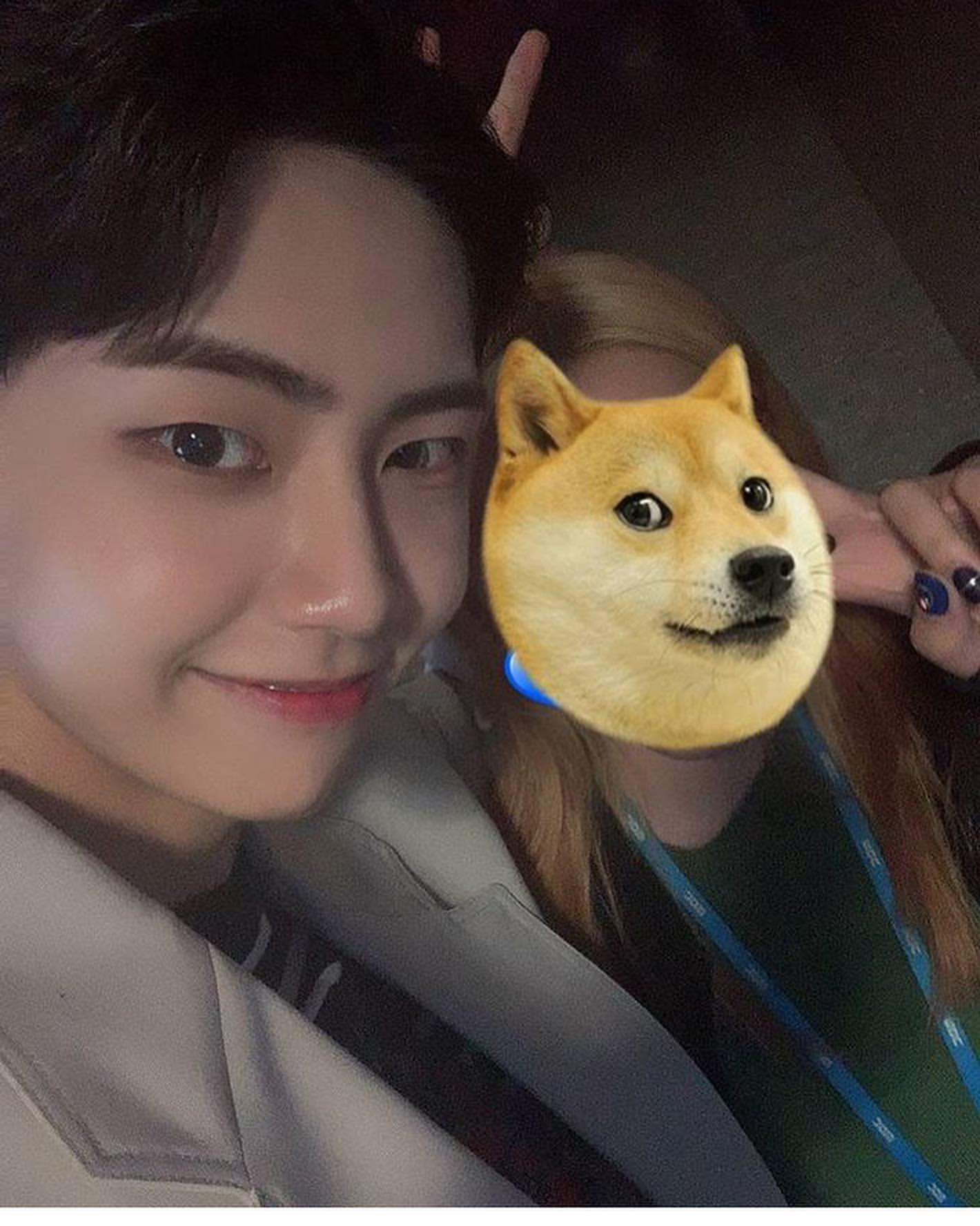 Netizens Notice The Heart Fluttering Manner Of UP10TION's Lee JinHyuk When Taking Selfies