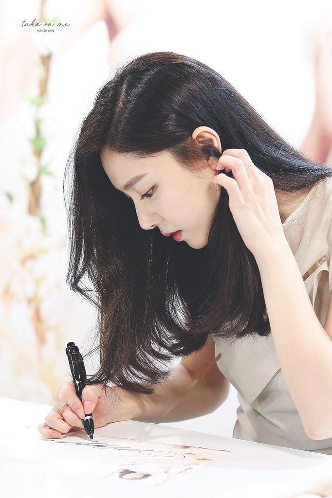 """Netizens Looked Back At """"Crash Landing On You"""" Seo JiHye's Gorgeous Fansign Pictures"""