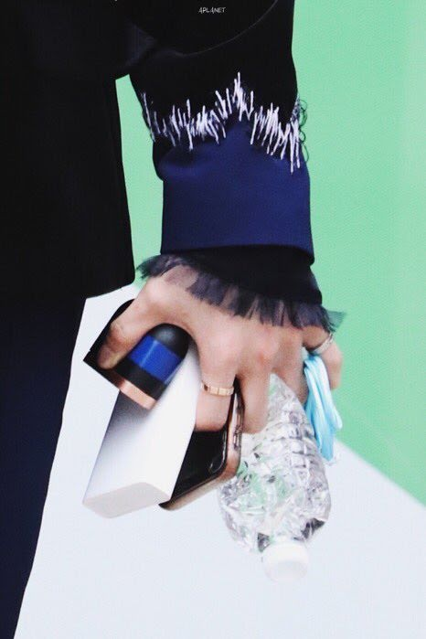 Stray Kids HyunJin's Hands Are So Big He Can Hold 5 Different Items With 1 Hand