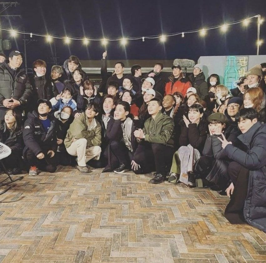 """BTS's V Shows Off Friendship With Park SeoJoon By Visiting Last Filming Of """"Itaewon Class"""""""