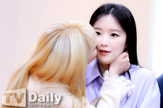 (G)I-DLE ShuHua's Reaction To Receiving A Kiss From SooJin Gets Fans Cracking