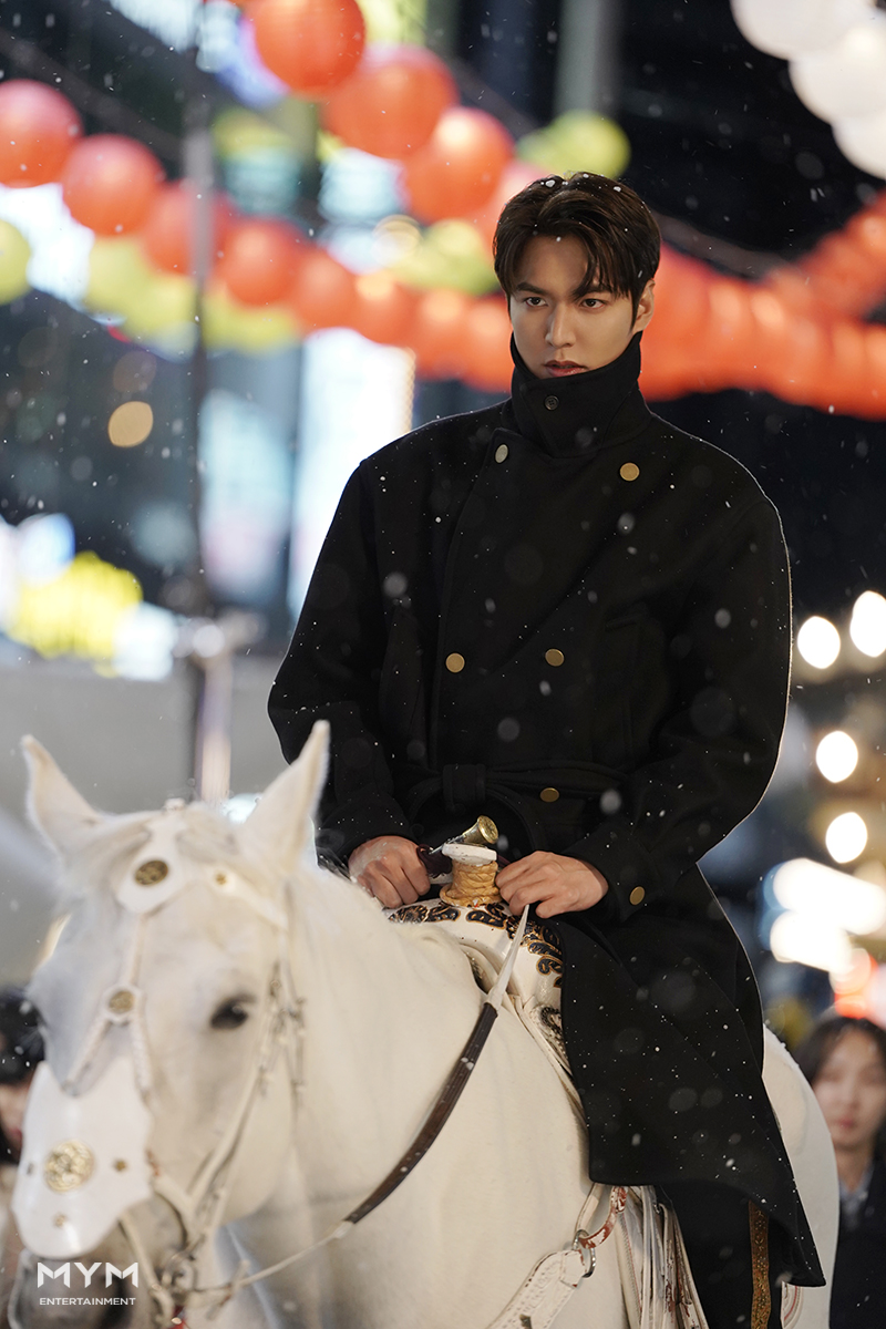 """""""The King: Eternal Monarch"""" Fans Love To See Lee JaeWook Making A Reference To The Drama"""