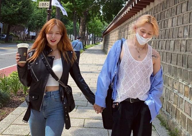 HyunA Reps кожаная куртка даже в жаркую погоду этим летом