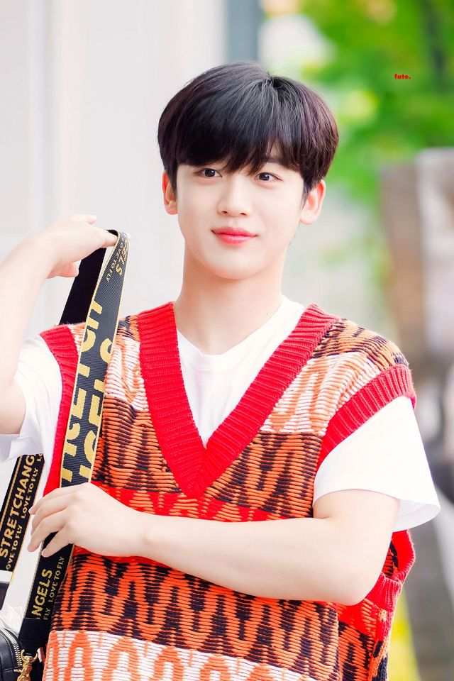 Reason Why WEi's Kim YoHan Carries The Same Bag For The Past 10 Months