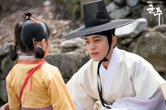 "3 Handsome Hanbok Looks Of Kim MyungSoo Ahead Of ""Secret Royal Inspector"" Premiere"