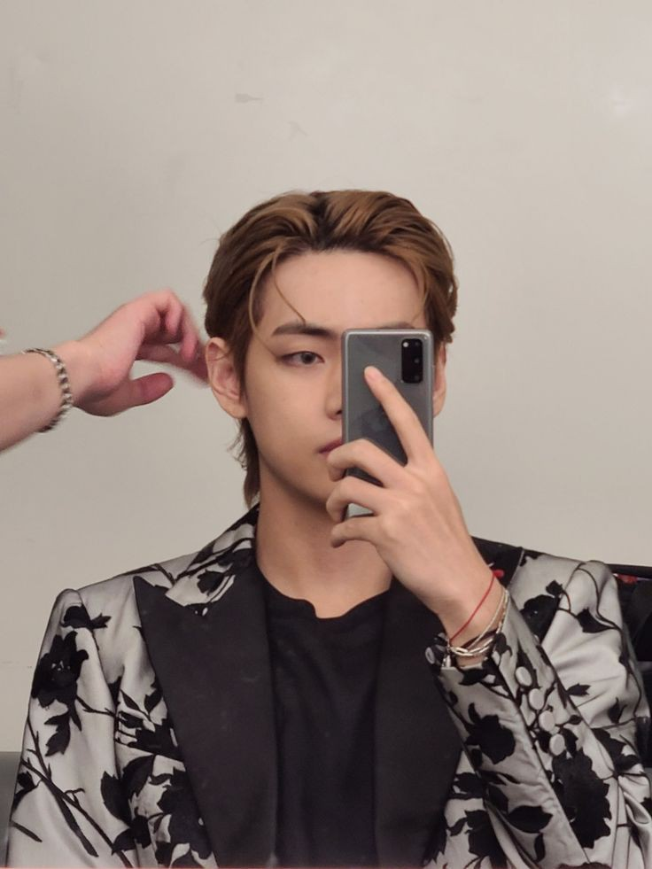 10 K-Pop Idols Who Have Mastered The Mirror Selfie